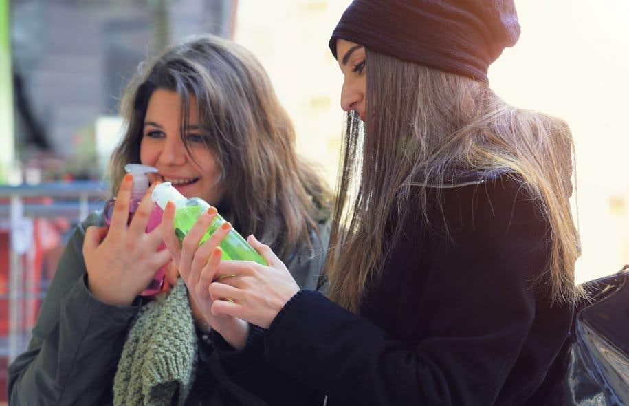 Les femmes sont les premières consommatrices de plusieurs de ces produits, elles sont exposées de façons disproportionnées à ces agents chimiques.