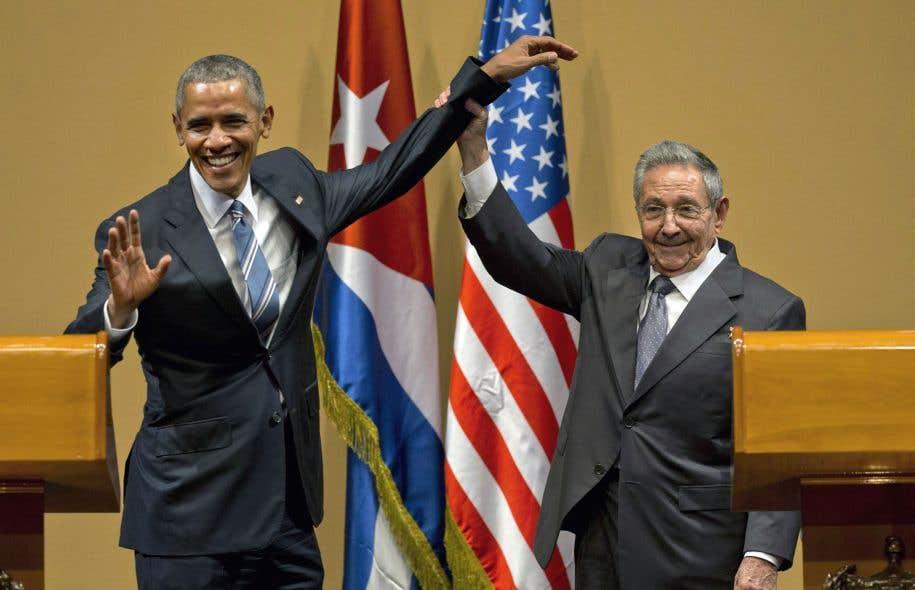 Raúl Castro a soulevé le bras de Barack Obama à la fin de leur point de presse commun lundi à La Havane.