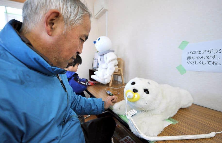Le robot thérapeutique Paro a servi notamment à réconforter des victimes du tsunami qui a frappé les côtes du Japon après le séisme de 2011.