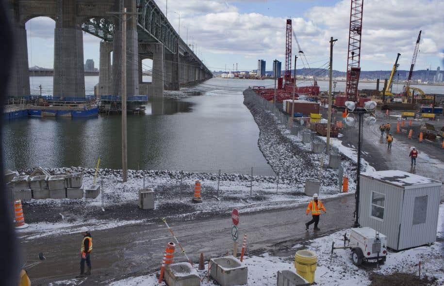 La construction du nouveau pont Champlain doit en théorie être terminée en décembre 2018.