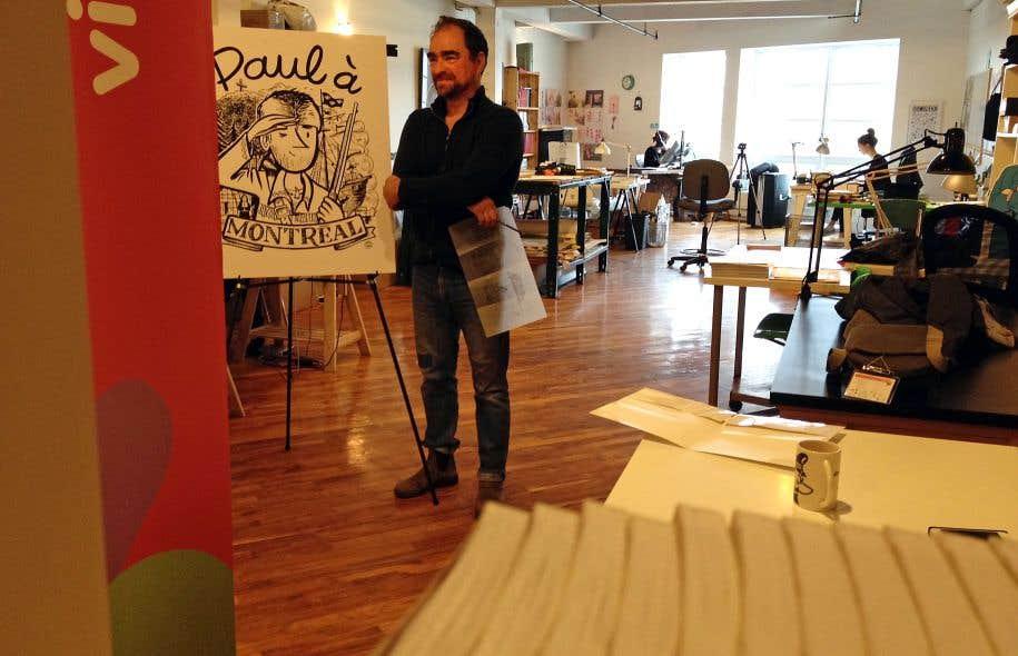 Michel Rabagliati devant un crayonné de son célèbre personnage Paul