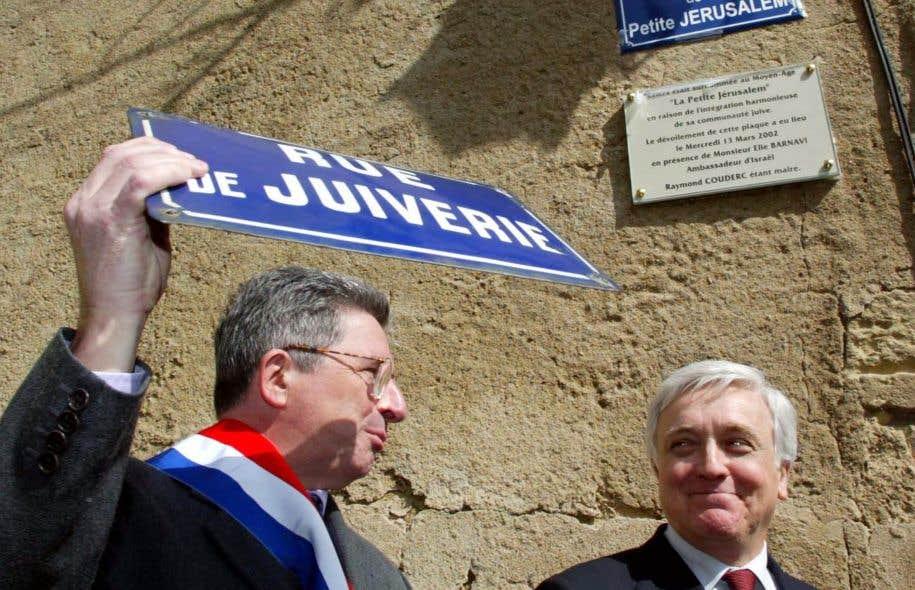 L'ambassadeur d'Israël en France Elie Barnavi (à droite) et le maire de Béziers, Raymond Couderc, posent avec l'ancienne plaque de la «rue de la Juiverie», dénomination jugée discriminatoire pour une ville qui s'engorgueillit d'une tradition d'intégration des juifs, qu'ils ont rebaptisée «rue de la Petite Jérusalem» en 2001, à Béziers.