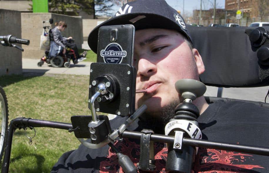Floyd Lapierre-Poupart, 19ans, est lourdement handicapé. Il ne peut utiliser ni ses jambes ni ses bras et conduit son fauteuil électrique à l'aide d'une mentonnière.