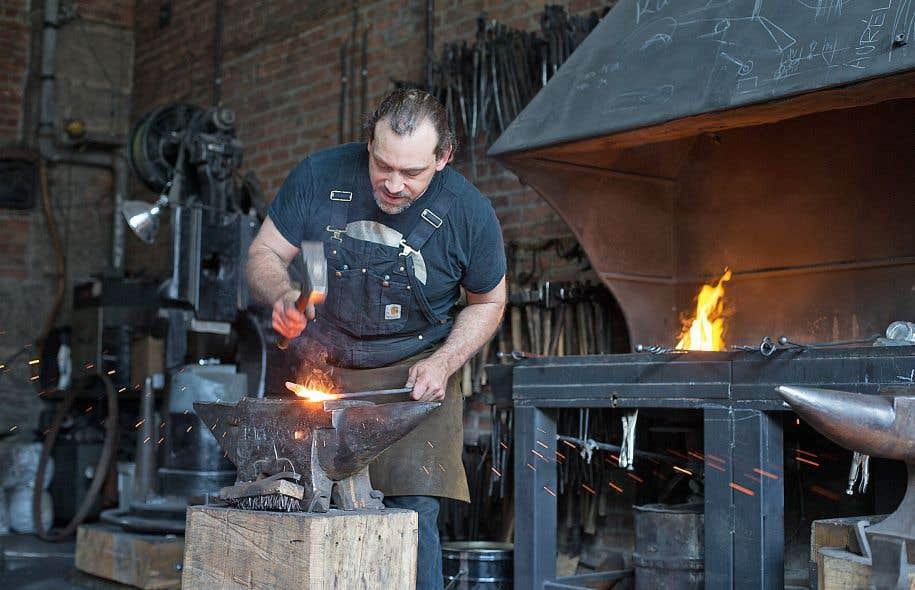 Les Forges offrent de la formation aux apprentis forgerons, accueillent des visiteurs et sensibilisent le public à cet art millénaire.