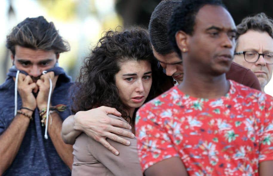 À Nice, l'émotion était vive. Toute la journée vendredi, des gens encore sous le choc se sont recueillis autour d'un mémorial spontané.