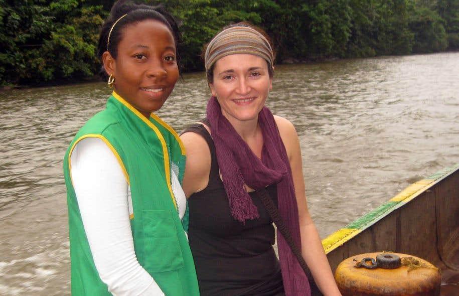 Anne-Catherine Kennedy (à droite) en compagnie d'une représentante du COCOMACIA (Conseil communautaire majeur de l'Association paysanne de l'Atrato), un partenaire de Développement et Paix, dans le département du Chocó en Colombie