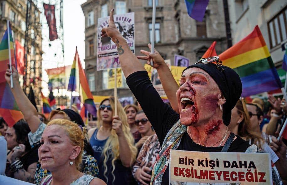 Photo: Ozan Kose Agence France-Presse Les manifestants, certains maquillés de faux sang, ont réclamé justice pour le meurtre de la transsexuelle Hande Kader.