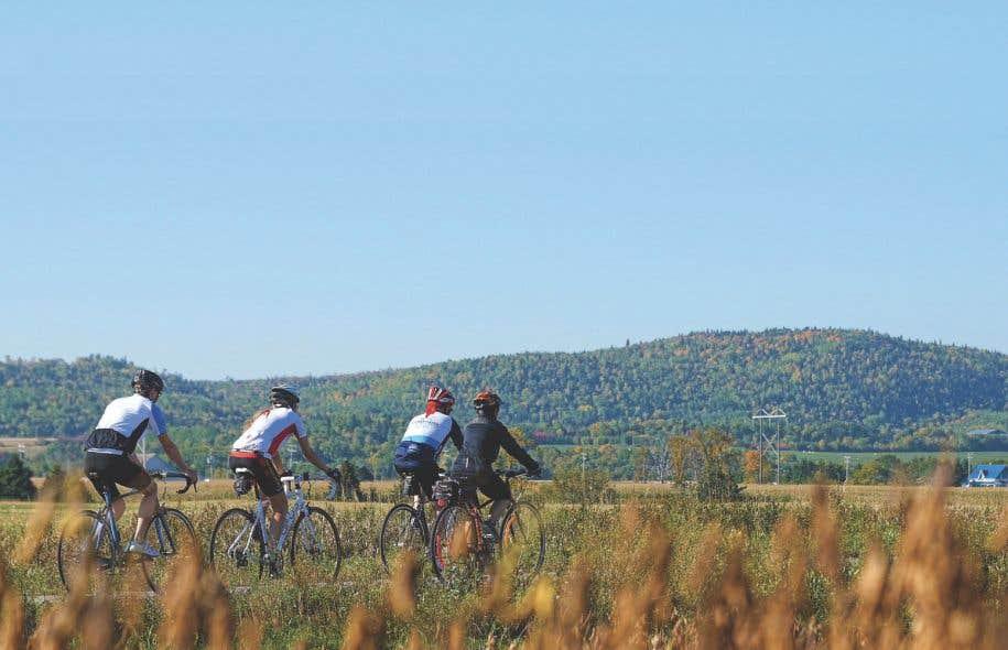 La Véloroute traverse de vastes zones agricoles. Ci-après: deux beaux points de vue sur le lac Saint-Jean.