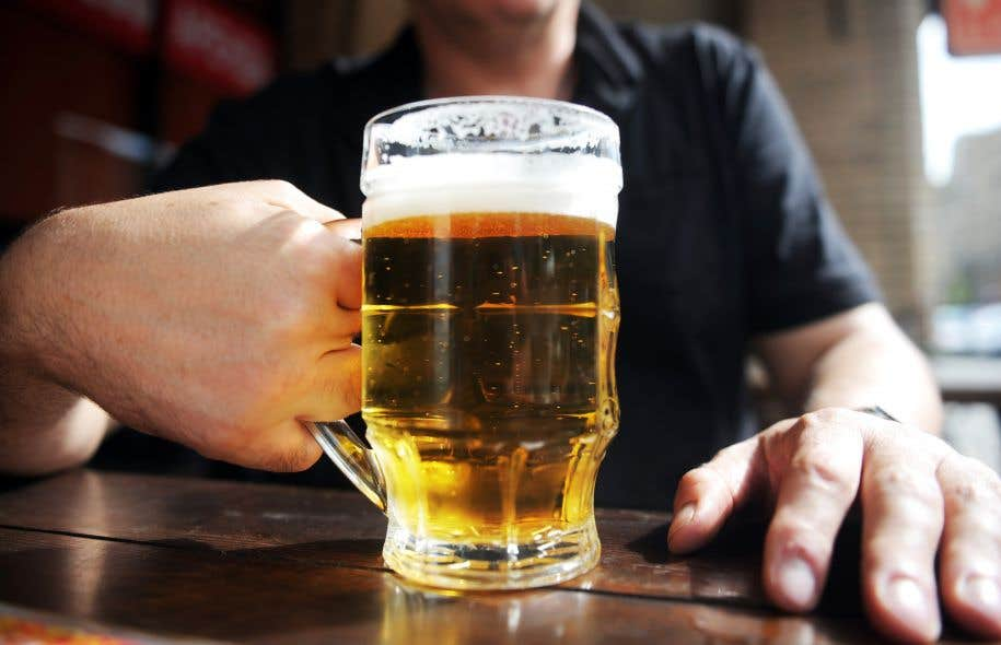 «Un comportement compulsif [tel que celui observé] poussera les personnes alcooliques à continuer à boire malgré le fait qu'ils vont perdre leur emploi et leur famille, qu'ils ont des accidents de voiture», explique Estelle Barbier.
