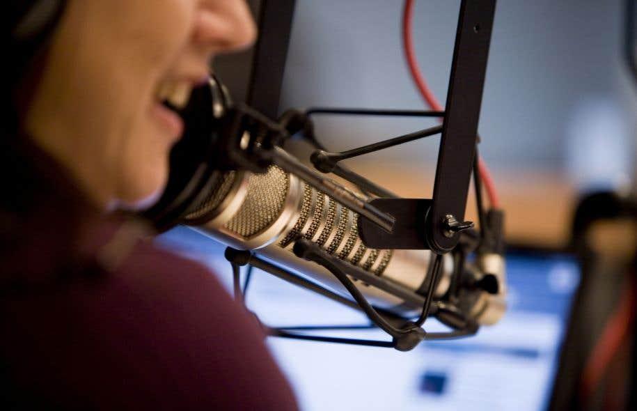 «La qualité de la voix et celle de la langue parlée ne sont-elles plus des critères d'embauche pour les journalistes à la radio et à la télévision?» demande Louis Fournier.