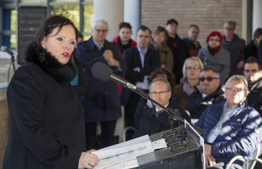 Sept ministres ont pris part à l'annonce dimanche, dont Lucie Charlebois, qui a présenté la politique.