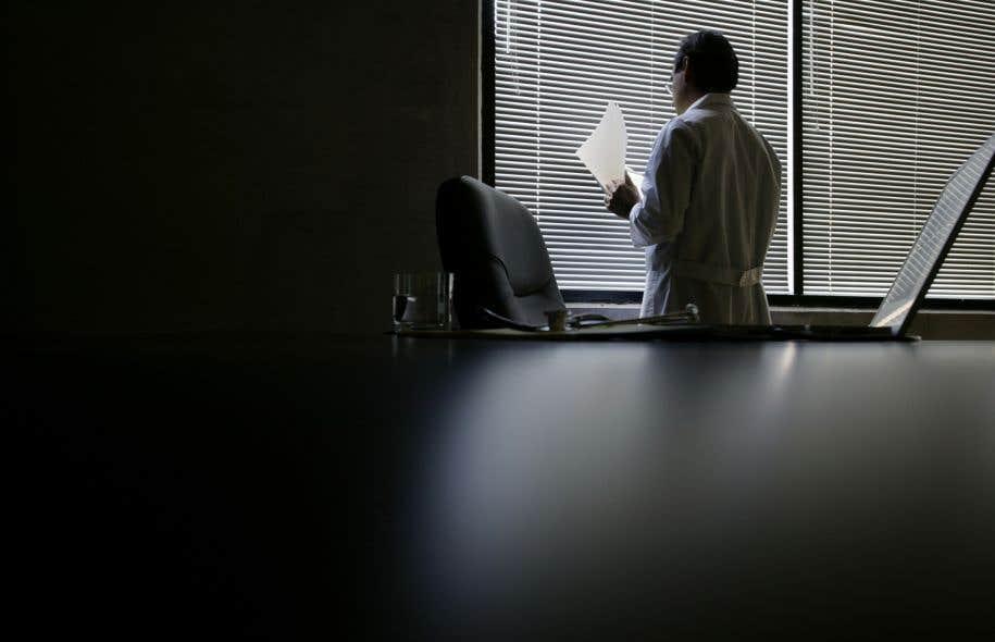 Selon la chercheuse Emmanuelle Bélanger, plusieurs des médecins interrogés ne sont pas à l'aise d'être impliqués dans le traitement des demandes d'aide à mourir, surtout lorsqu'il s'agit de patients traités dans leur propre unité de soins.