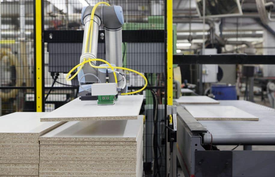 On estime à une cinquantaine, dans une dizaine d'entreprises différentes, le nombre de robots collaboratifs au Québec. Sur la photo, un robot au travail à l'usine de l'entreprise Meubles South Shore, à Sainte-Croix.
