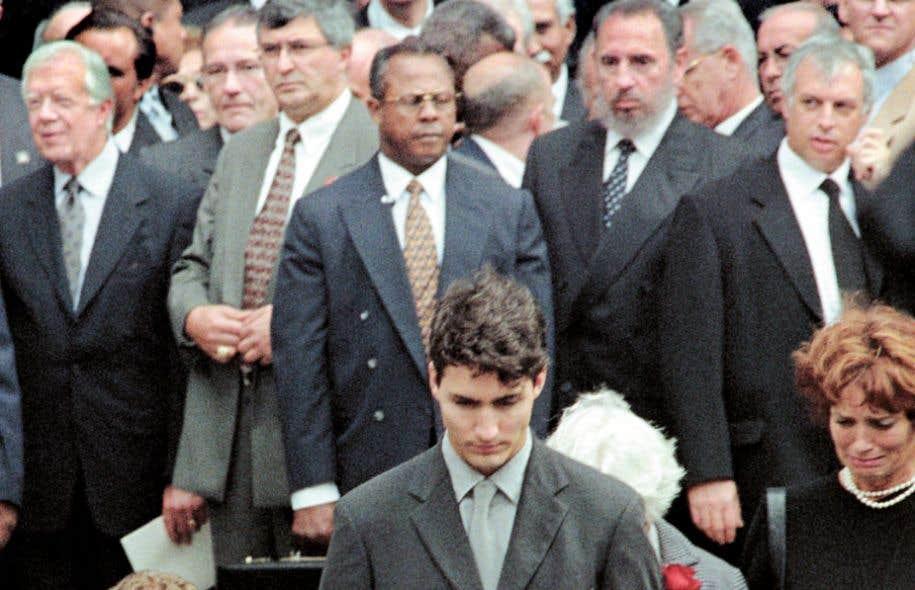 Fidel Castro a assisté aux funérailles de l'ancien premier ministre canadien Pierre Elliott Trudeau le 2 octobre 2000, à Montréal. À l'avant-plan, Justin Trudeau et sa mère, Margaret.