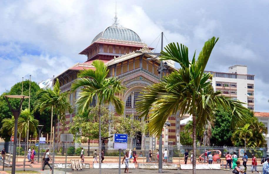 La bibliothèque Schoelcher de Fort-de-France, en Martinique, dessinée en 1887 par l'architecte Pierre-Henri Picq, mêle les styles égypto-byzantin et Art nouveau.