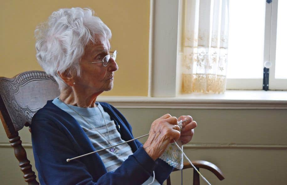 Grand-mère Angélique, femme active malgré ses 100ans, continue de tricoter.