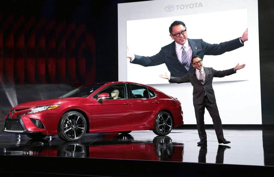 Akio Toyoda, le grand patron de Toyota, dévoilant la nouvelle version de la Camry au Salon de l'auto de Detroit