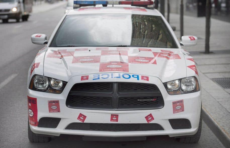 Les collants avaient été posés par les policiers montréalais pour protester contre le projet de loi 3 du gouvernement provincial, devenu depuis la loi 15.
