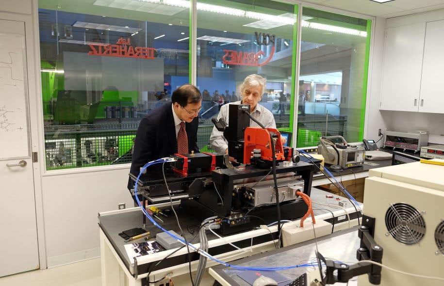 Le Pr Ke Wu et le technicien Jules Gauthier au centre Poly-Grames.
