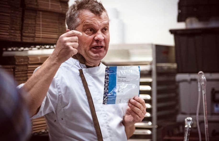 L'animateur et consultant fromager Philippe Kotula, en pleine explication sur le rôle des ferments lactiques et des présures