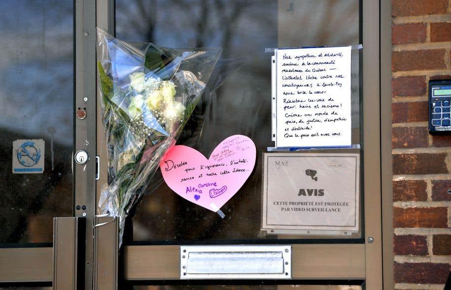 Des passants sont venus déposer des fleurs et des messages de paix au Centre islamique de Verdun pour exprimer leur solidarité avec la communauté musulmane du Québec.