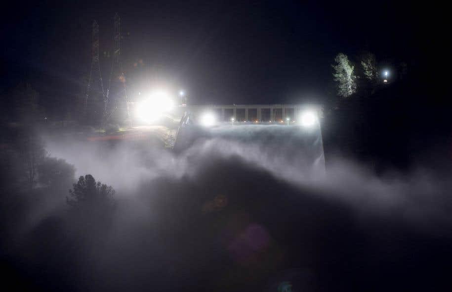 <p>Le réservoir du barrage d'Oroville, situé à 120km au nord de Sacramento, la capitale de l'État de Californie, est plein à ras bord après des semaines de fortes pluies.</p>