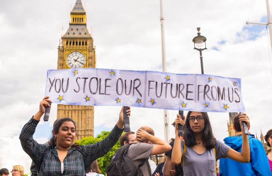 De jeunes femmes brandissent une banderole «Vous nous avez volé notre futur» devant le parlement britannique pour manifester contre la sortie du Royaume-Uni de l'Union européenne.
