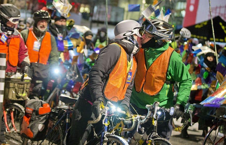 Se rouler une pelle à vélo. Sortie de nuit à la dernière pleine lune dans le cadre du 375e anniversaire de Montréal. Les moments magiques seraient propices à la séduction.