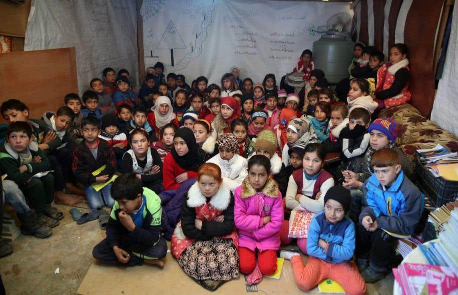 Une tente transformée en école dans un camp de réfugiés syriens au Liban.