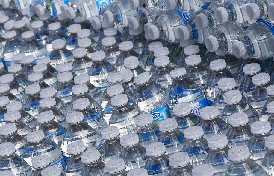 À la suite d'une demande faite depuis des années par les diverses associations étudiantes et syndicales, les bouteilles d'eau ont été éliminées du campus.