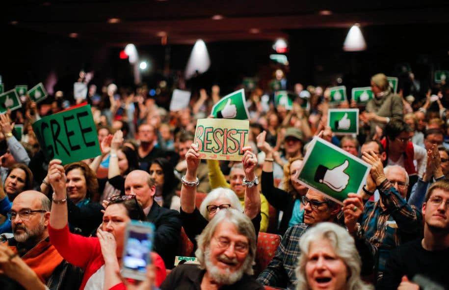 Mercredi soir, une foule se pressait pour entendre le député républicain au Congrès Leonard Lance dans l'auditorium de la petite université locale de Branchburg.