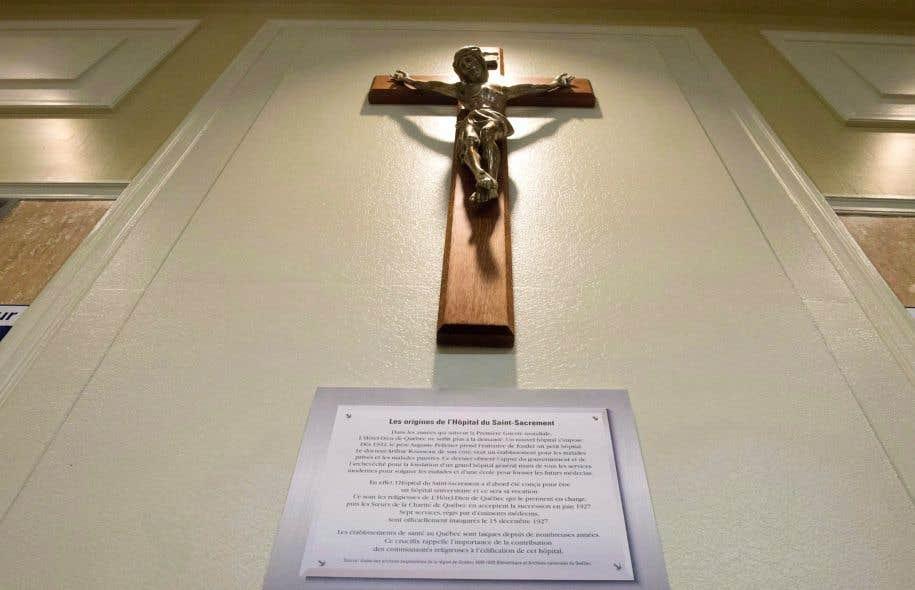 Le crucifix à l'entrée de l'Hôpital du Saint-Sacrement, à Québec