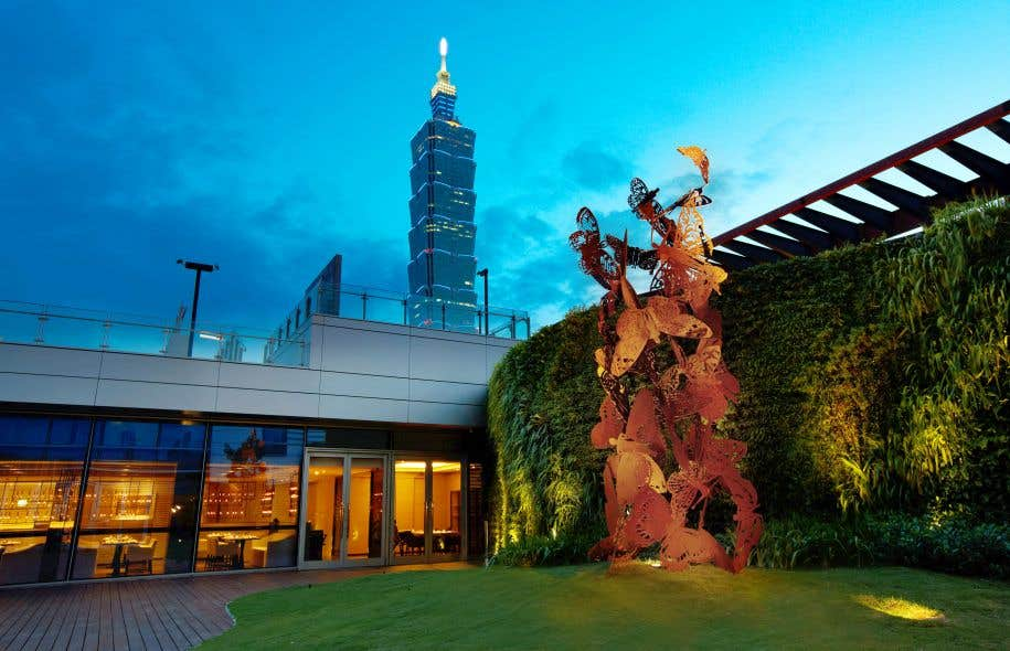Vue du jardin et de la sculpture Natural Tower
