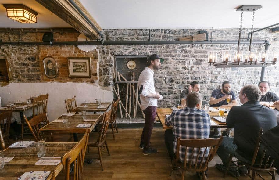 Sous des dehors de simplicité et de rusticité, rien n'a été laissé au hasard dans le décor du restaurant Là Là, à Québec. L'idée sous-jacente? Évoquer l'époque de la colonisation et du développement de la région saguenéenne et jeannoise.