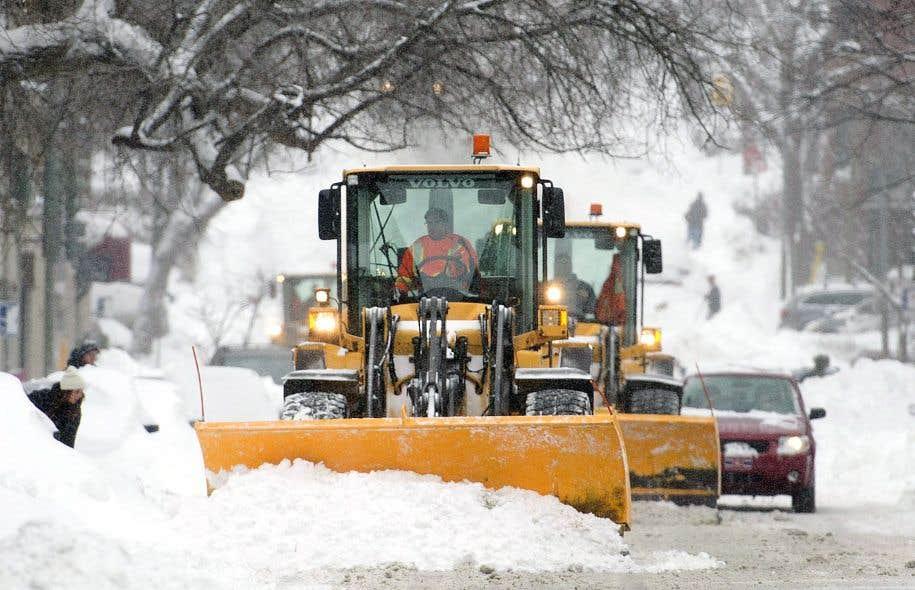 Le déneigement après la tempête de la semaine dernière a été facilité par la fermeture des commissions scolaires, qui a permis de réduire le nombre de personnes dans les rues de Montréal.