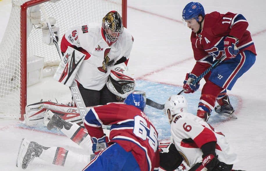 L'ailier droit du Canadien de Montréal Brendan Gallagher devant le gardien des Sénateurs d'Ottawa Craig Anderson.