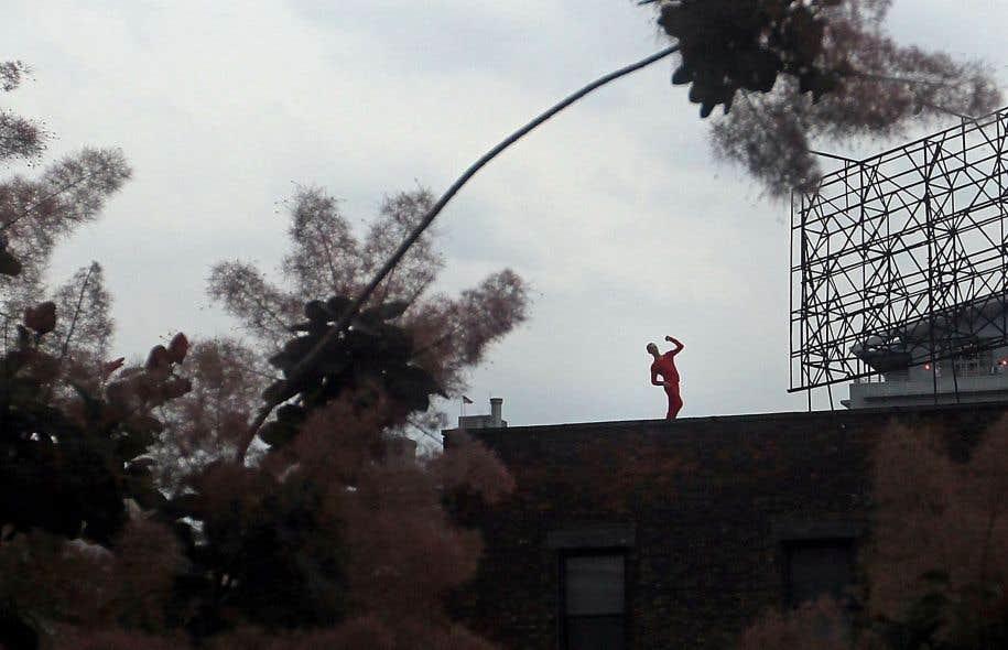 Le 11mai 1971, les New-Yorkais pouvaient observer, sur les toits de SoHo, des silhouettes rouges se transmettant des phrases chorégraphiques à la manière de télégraphistes. «Roof Piece», pièce audacieuse devenue mythique de Trisha Brown, s'est redéployée en 2011 sur la High Line Park.