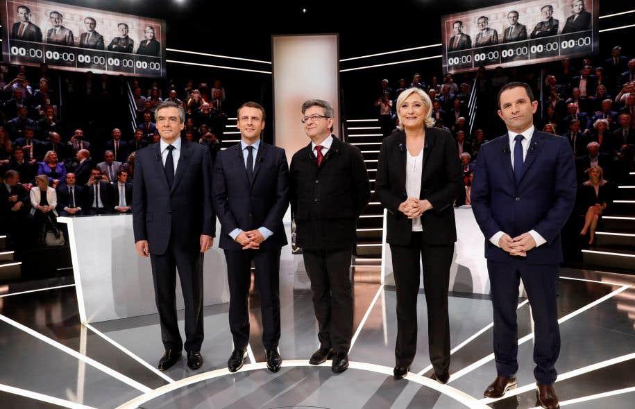 Francois Fillon, Emmanuel Macron, Jean-Luc Melenchon, Marine Le Pen et Benoit Hamon sur le plateau de TF1, lundi soir, en banlieue de Paris