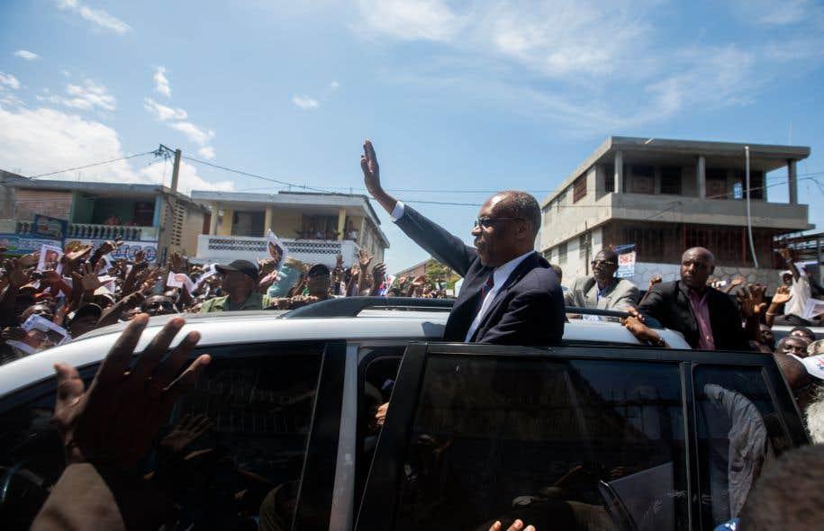 L'ancien président Jean-Bertrand Aristide a été salué par des centaines de ses partisans qui ont manifesté devant le parquet de Port-au-Prince, lundi.