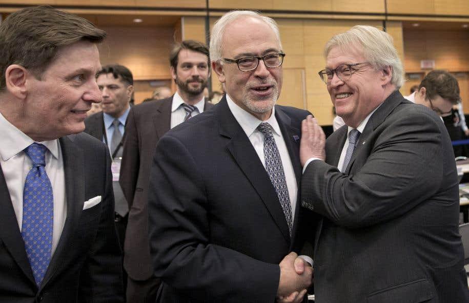 Le ministre des Finances du Québec, CarlosLeitão, entouré duministre de la Santé, Gaétan Barrette (à droite) et du président du Conseil du trésor, Pierre Moreau