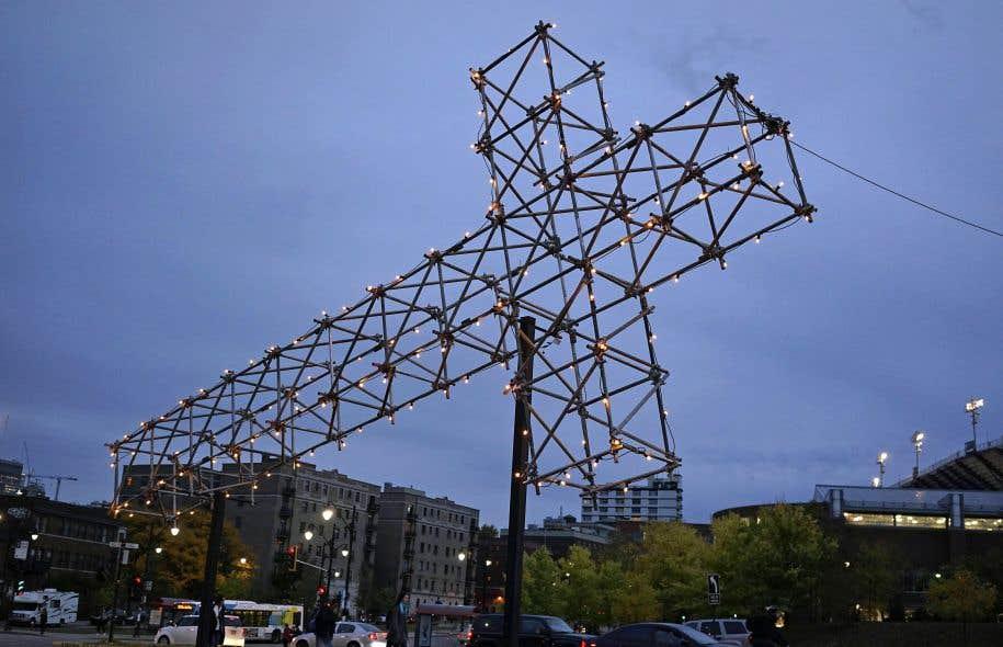 L'installation de la réplique de «La croix du mont Royal» de Pierre Ayot au pied du mont Royal en 2016 est une initiative du commissaire et critique d'art Nicolas Mavrikakis.