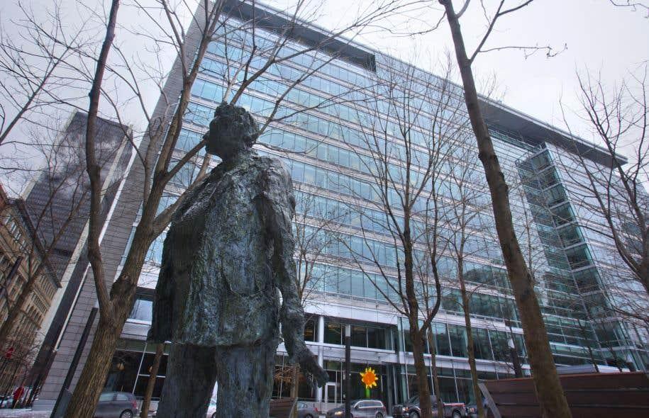 La statue de Jean-Paul Riopelle devant l'édifice de la Caisse de dépôt et placement du Québec (CDPQ)