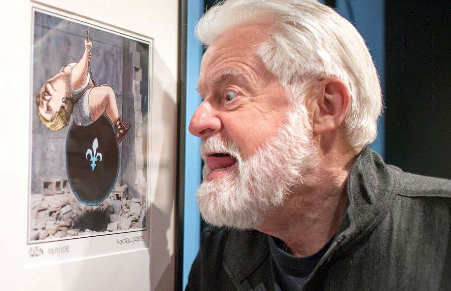 Aislin devant l'une de ses caricatures exposées au Musée McCord