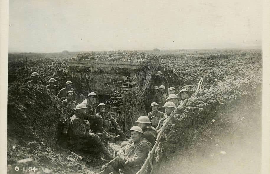 Des soldats canadiens entourant une mitrailleuse prise aux Allemands durant la bataille de la crête de Vimy, en avril 1917