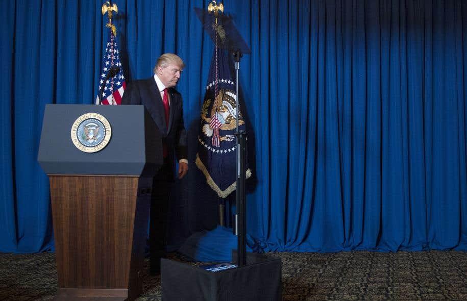 Le président Donald Trump à la suite de son discours sur la nécessité d'une intervention militaire en Syrie le 6 avril, à Mar-a-Lago