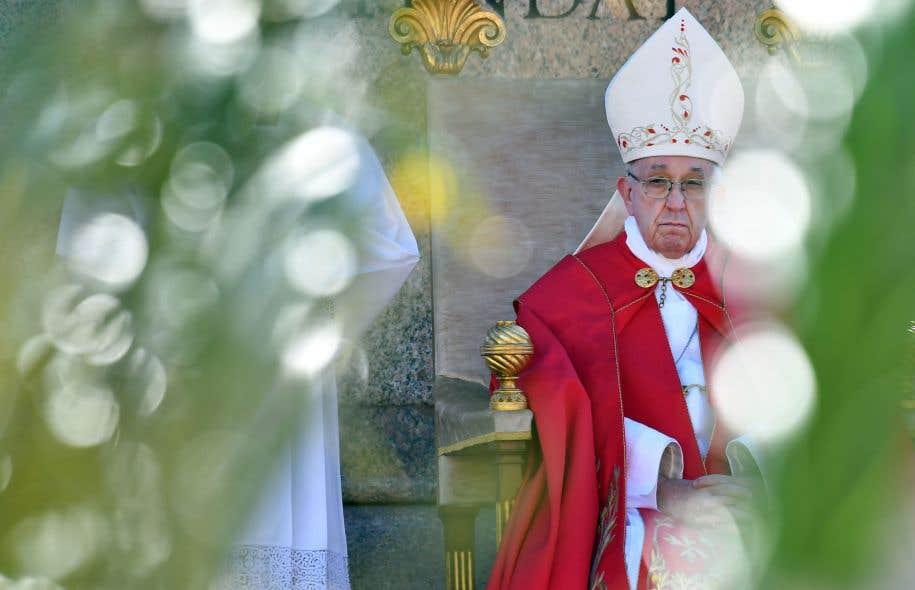 Depuis juillet, une douzaine d'attentats auraient visé le pape François (ici photographié lors de la messe de dimanche, au Vatican).