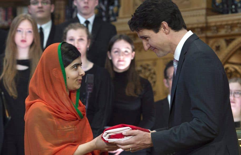 Justin Trudeau remet l'unifolié à Malala Yousafzai, citoyenne honorifique du Canada.