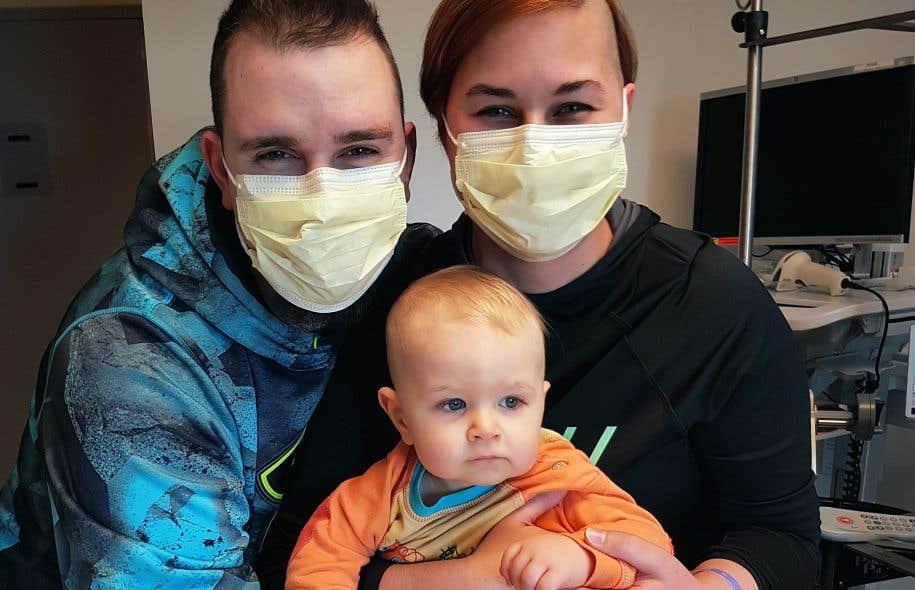 Le petit Zak, âgé de 14 mois, entouré de ses parents, Geneviève Beaudry et Jean-François Senécal, au Centre médical de l'Université de Californie à Los Angeles