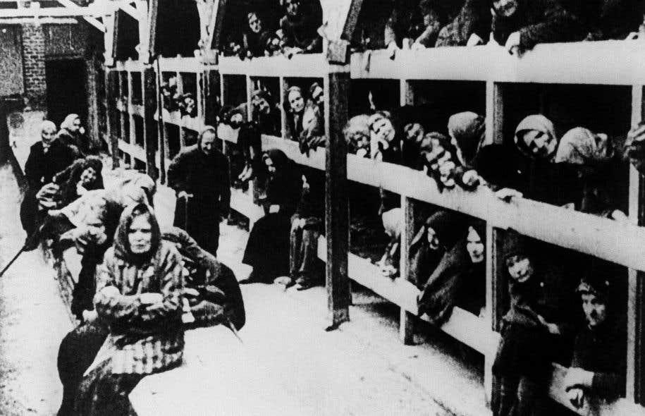 Des femmes sont représentées dans leur caserne après la libération en janvier 1945 du camp de concentration d'Auschwitz.