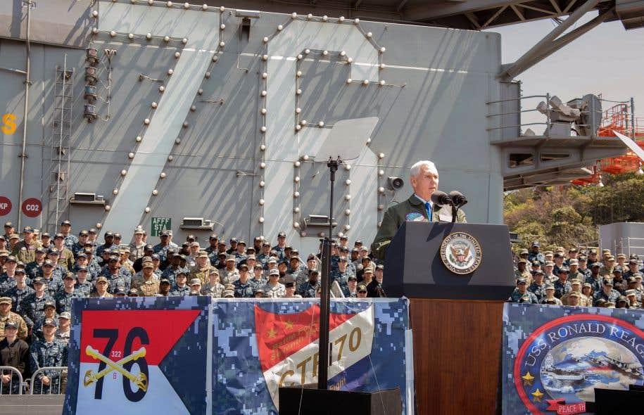 Le vice-président des États-Unis, Mike Pence, s'adresse aux soldats américains rassemblés sur le pont du porte-avions américain «Ronald Reagan», au Japon.